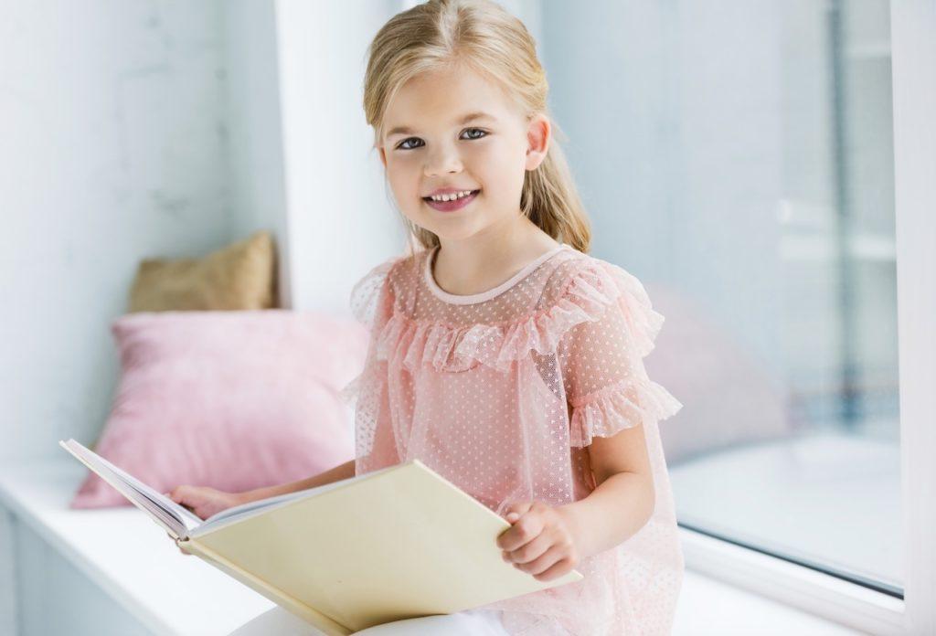 Mädchen-Mit-Buch