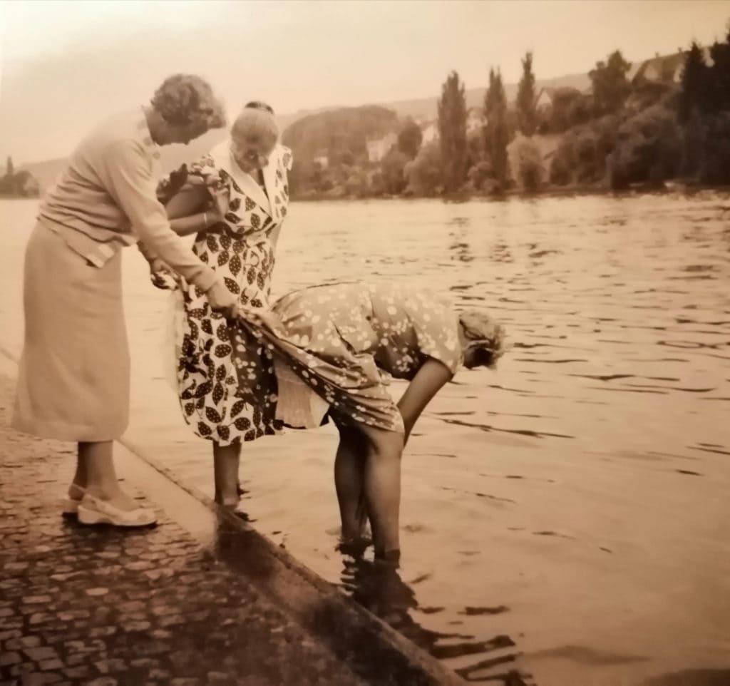 Familie beim Baden am See